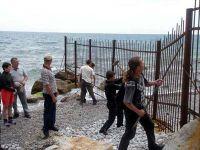 Жители Алупки с ломами в руках пробивают дорогу к морю