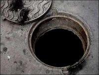 В Саках все чаще крадут крышки от канализационных люков