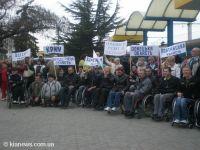 Акция инвалидов-колясочников в Симферополе, 7 апреля 2010