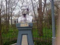В Саках вандалы осквернили памятники Ленину и Кирову, 19 апреля 2011