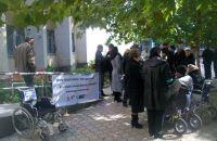 Пикет  инвалидов возле Сакского городского совета