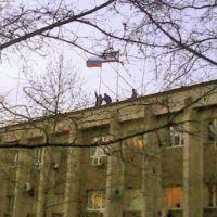 Над зданием Сакской администрации подняли Российский флаг, 10 марта 2014