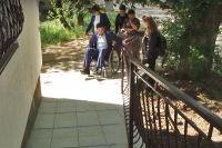 Сакские чиновники проехали по городским улицам в инвалидных креслах