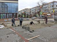 На Советской напротив рынка кладут плитку