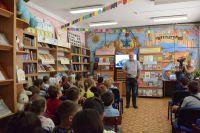 К сакским детям приехал писатель Юрий Поляков
