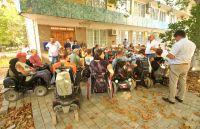 Собрание инвалидов у здания сакской администрации