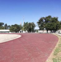 На стадионе уложена новая беговая дорожка