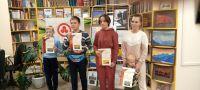 Награждение победителей викторины в библиотеке